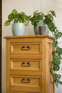 wysoka drewniana komoda do salonu