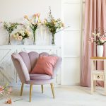 różowy welurowy tapicerowany fotel