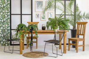 drewniany stół w stylu rustykalnym