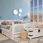podwójne biłae łóżko drewniane