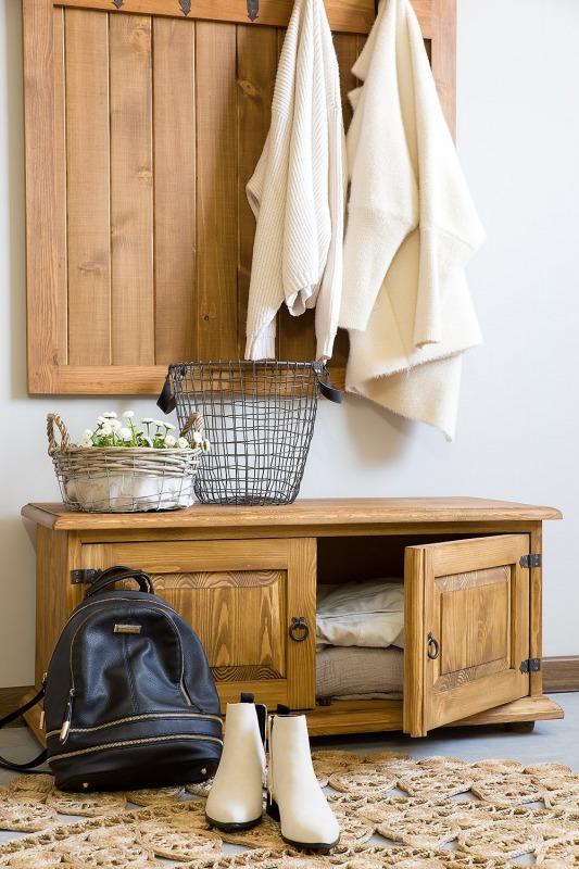 drewniana garderoba do przedpokoju w stylu rystkalnym