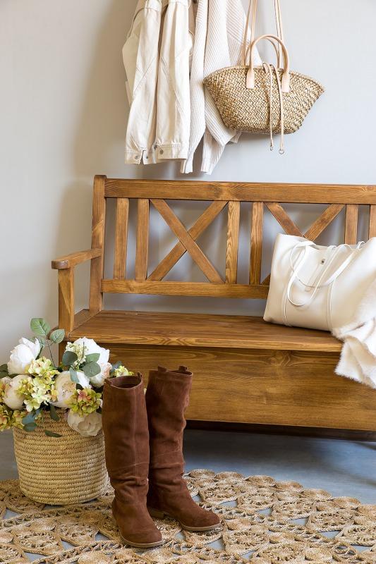 woskowana ławka z litego drewna