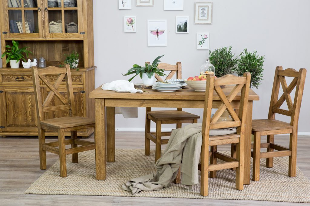 drewniany stół do jadalni w stulu rustykalnym