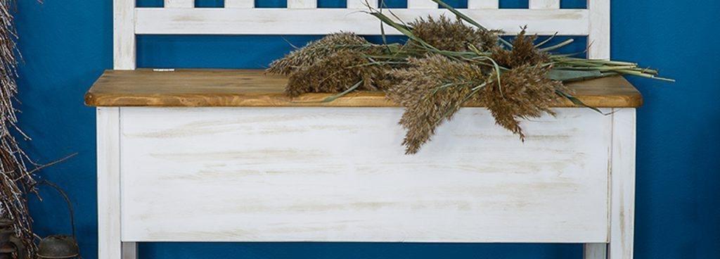 ławka drewniana białą patyna