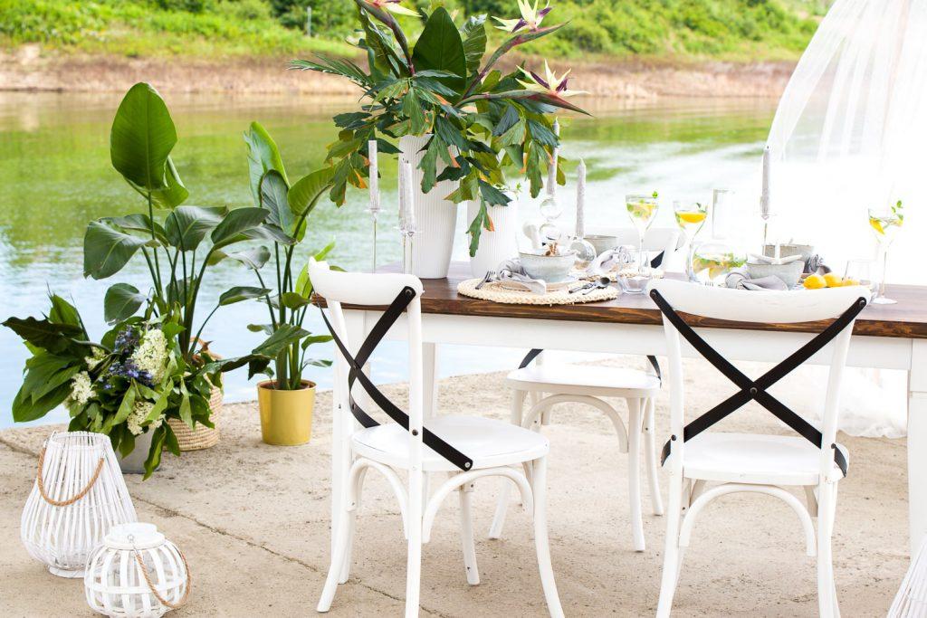 biały rustykalny stół do jadalni