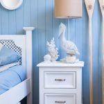 biała drewnian szafka nocna do sypialni