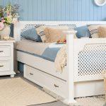 sosnowa szafka nocna do sypialni w stylu rustykalnym