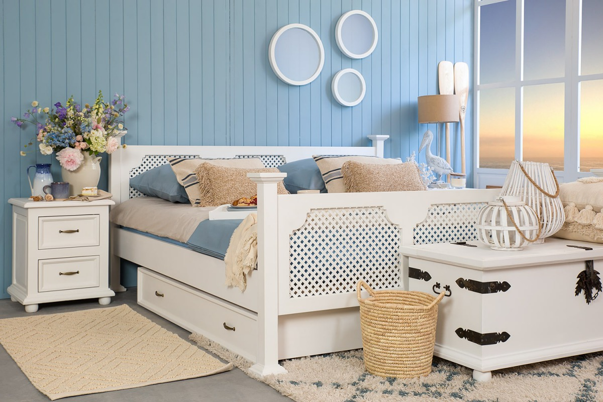 ażurowe łóżko białe z drewna