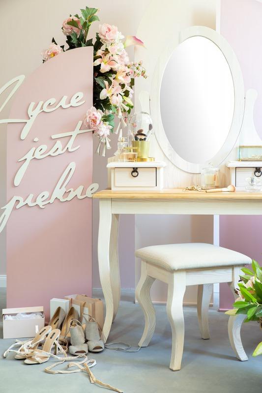 biała toaletka drewniana do sypialni