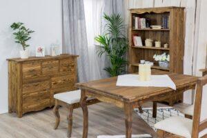 drewniana komoda w stylu wiejskim