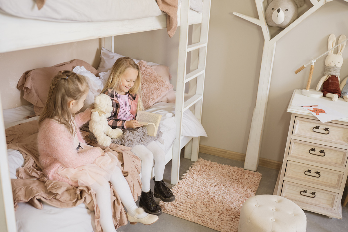 drewniane łóżko dziecięce
