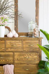 lustro w drewnianej ramie do sypialni