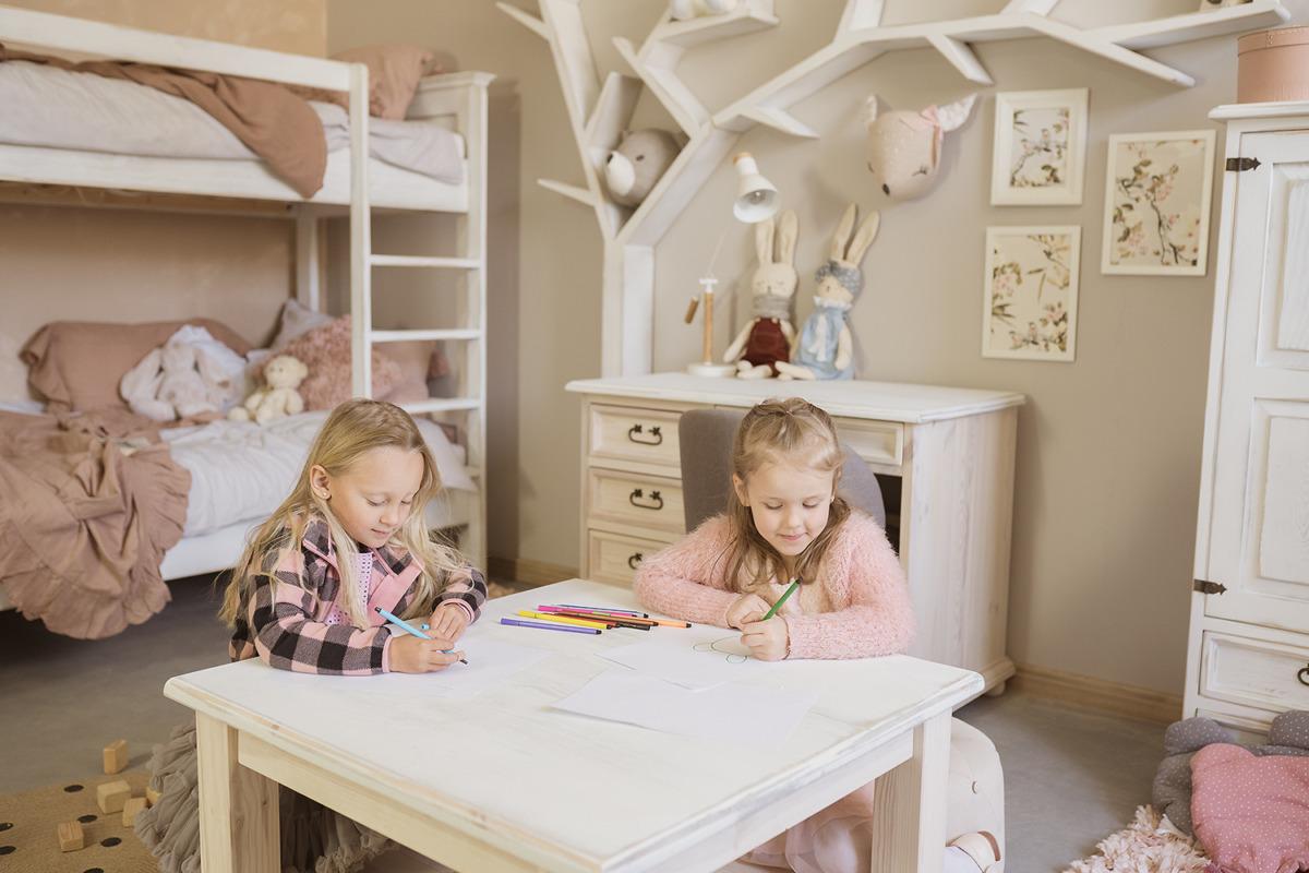 stolik drewniany woskowany dla dziecka