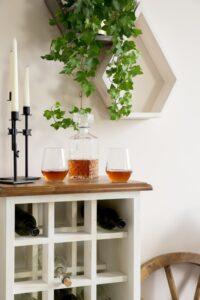 komoda drewniana na wina
