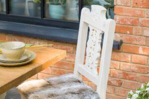 drewniane krzesło kuchenne rzeźbione