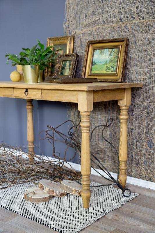 drewniany stolik pomocniczy woskowany