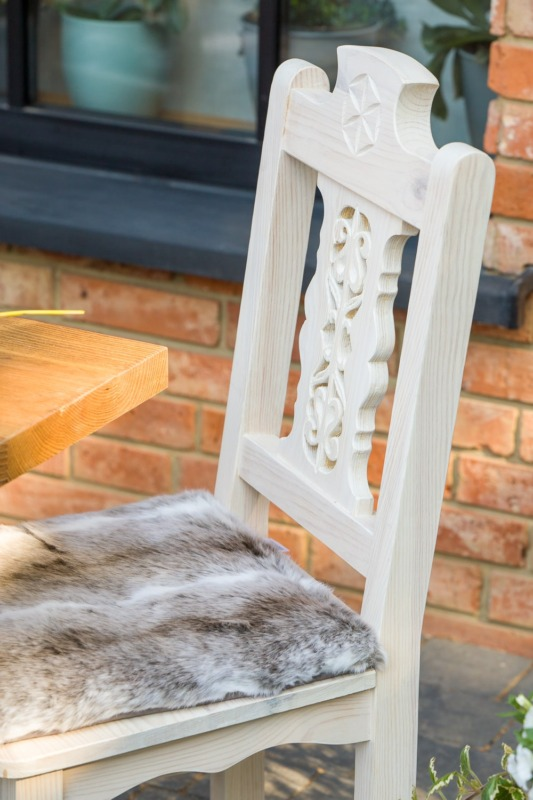 rzeźbione krzesło do jadalni